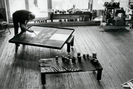 Ad Reinhardt pintando su afamada serie 'black paintings'