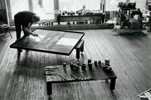Ad Reinhardt pintando su afamada serie 'black paintings'